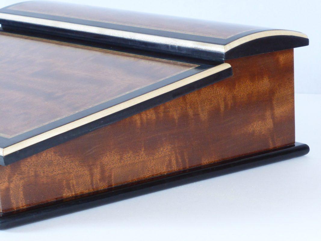 écritoire-inspiration-Louis-XVI-en-acajou-moiré-poirier-teinte-noir-et-sycomore