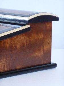 detail-of-moiré-mahogany-and-curved-lid