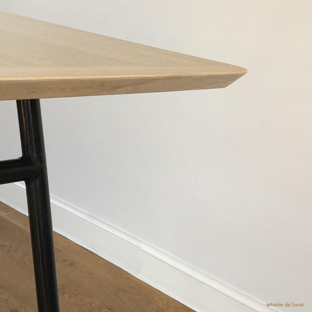 table-a-manger-detail-profilage-du-chant-en-angle-obtus-et-du-coin-arrondi